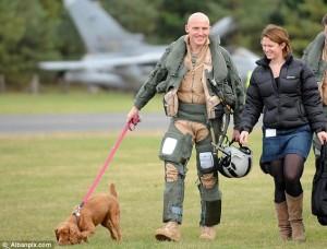 Flight Lieutenant Steve Morris - gerade fertig mit seinen Bombenflügen gegen libysche Zivilisten