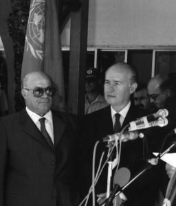 Anführer der türkischen Cyprioten Rauf Denktas (links) und der Präsident der Republik Zypern George Vassiliou (rechts) - beim Streiten unter UN-Flagge - Bild: photius.com