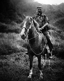 Subcomandante Marcos, pfeiferauchend auf Pferd in Chiapas, Mexico - Bild: Wikipedia