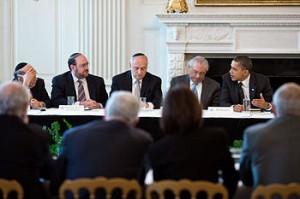 Hoenlein trifft U.S. Präsident Barack Obama, (Hoenlein sitzt mit gesenktem Kopf i der Mitte) Bild: Wikipedia