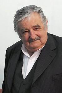 """José Alberto """"Pepe"""" Mujica Cordano - der 40ste Präsident von Uruguay - Bild: Wikipedia * Mujica lebt immer noch auf seiner kleinen Estancia in der Nähe von Montevideo und fährt seinen alten VW-Käfer. Für offizielle Fahrten nutzt er einen Opel Corsa. Von den 12.500 US-$ Präsidentengehalt behält er lediglich 10 %, den Rest spendet er an kleine Unternehmen und NGOs. Das sei genug Gehalt, so sagt er, schließlich lebten viele Bürger mit noch weniger. Auch seine Frau spendet einen großen Teil ihrer Einkünfte"""