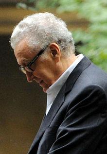 Lakhdar Brahimi, der sich als ein Dritte-Welt-Aktivist ausgibt, ist die letzte Person Mehdi Ben Barka, empfangen sollte, bevor er auf mysteriöse Weise entführt und ermordet wurde. Ab der Unabhängigkeit Algeriens war er Generalsekretär des Ministeriums für auswärtige Angelegenheiten, Botschafter in Ägypten, dann hoher Vertreter der Arabischen Liga und der Vereinten Nationen auf der ganzen Welt. Nach Algerien zurückgerufen, wurde er Minister für auswärtige Angelegenheiten von 1991 bis 1992.  Bild: Wikipedia