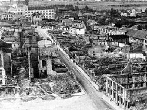 Demmin im Mai 1945: Die Stadt wurde nach dem Einmarsch der Roten Armee gezielt eingeäschert. In der DDR waren die traumatischen Erlebnisse der Bewohner ein Tabu-Thema, das erst nach der Wiedervereinigung aufgearbeitet wurde© Kreisheimatmuseum Demmin/DDP